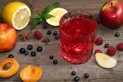 Ποτήρι των φρούτων compot στον ξύλινο παλαιό πίνακα Στοκ Φωτογραφίες