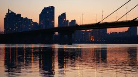 Ποταμός άποψης ηλιοβασιλέματος γεφυρών απόθεμα βίντεο