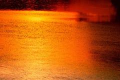 Ποταμός αντανάκλασης και δέντρο σκιών στην όμορφη φύση ηλιοβασιλέματος νερού Στοκ Εικόνες