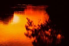 Ποταμός αντανάκλασης και δέντρο σκιών στην όμορφη φύση ηλιοβασιλέματος νερού Στοκ Φωτογραφίες
