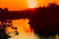 Ποταμός αντανάκλασης και δέντρο σκιών στο νερό όμορφο με τη φύση ηλιοβασιλέματος στο χρόνο λυκόφατος ουρανού Στοκ Εικόνες