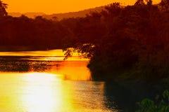 ποταμός αντανάκλασης και δέντρο σκιών στο όμορφο ηλιοβασίλεμα νερού natur Στοκ Εικόνα