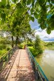 ποταμός αντανάκλασης πάρκων γεφυρών για πεζούς θάμνων Στοκ Εικόνες