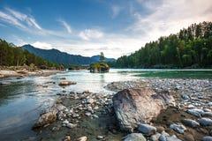 ποταμός Αυγούστου altai του 2006 katun Βουνό Altai, νότια Σιβηρία, Ρωσία στοκ εικόνες