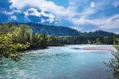 ποταμός Αυγούστου altai του 2006 katun Τοπίο ποταμών του Altai στοκ εικόνες