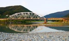 ποταμός βουνών γεφυρών στοκ φωτογραφία με δικαίωμα ελεύθερης χρήσης