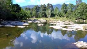 Ποταμός βουνών ενάντια στην εικονογραφική άγρια φύση κάτω από τον ουρανό με τα σύννεφα φιλμ μικρού μήκους
