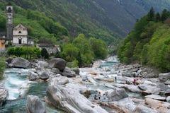 Ποταμός βουνών κοντά στην πόλη Lavertezzo, Ελβετία Στοκ Εικόνες