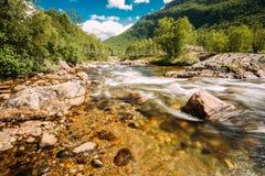 Ποταμός βουνών κρύου νερού φύσης της Νορβηγίας Στοκ Εικόνες