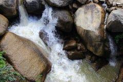 Ποταμός βουνών με τον καταρράκτη μεταξύ των φραγμών των πετρών στην ινδική ζούγκλα Στοκ εικόνες με δικαίωμα ελεύθερης χρήσης