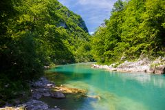 Ποταμός βουνών με το κρύσταλλο - καθαρίστε το νερό μεταξύ των πράσινων βουνών Στοκ φωτογραφία με δικαίωμα ελεύθερης χρήσης