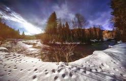 Ποταμός βουνών που καλύπτεται με το φρέσκο χιόνι Στοκ φωτογραφίες με δικαίωμα ελεύθερης χρήσης