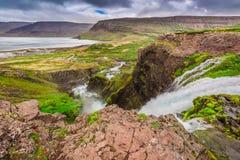 Ποταμός βουνών που ρέει στη λίμνη μεταξύ των βουνών, Ισλανδία Στοκ Εικόνες