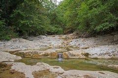 Ποταμός βουνών στην έκταση δασών και βουνών Κριμαία Στοκ Εικόνες