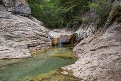 Ποταμός βουνών στην έκταση δασών και βουνών Κριμαία Στοκ φωτογραφία με δικαίωμα ελεύθερης χρήσης