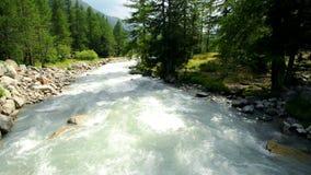 Ποταμός βουνών στην Ιταλία όψη βουνών ορών hochries απόθεμα βίντεο