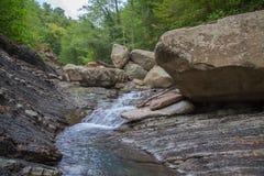 Ποταμός βουνών στην πέτρα κακή Στοκ Εικόνες