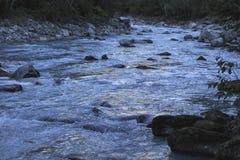 Ποταμός βουνών στις Άλπεις της Γαλλίας στο θερινό χρόνο στοκ εικόνες