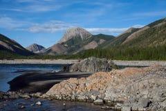 Ποταμός βουνών στις δύσκολες ακτές στοκ εικόνα