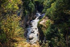 Ποταμός βουνών στο φαράγγι, ρέοντας υδρατμός μεταξύ του τοπίου φύσης Στοκ εικόνα με δικαίωμα ελεύθερης χρήσης