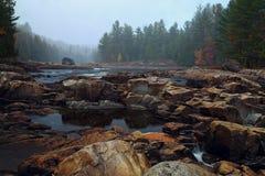 Ποταμός βουνών στο χρόνο φθινοπώρου Στοκ φωτογραφίες με δικαίωμα ελεύθερης χρήσης