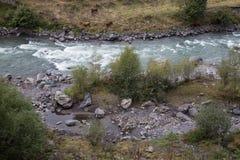 Ποταμός βουνών στο όμορφο τοπίο βουνών φθινοπώρου στη Γεωργία Στοκ φωτογραφίες με δικαίωμα ελεύθερης χρήσης