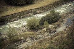 Ποταμός βουνών στο όμορφο τοπίο βουνών φθινοπώρου στη Γεωργία Στοκ φωτογραφία με δικαίωμα ελεύθερης χρήσης