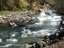 Ποταμός βουνών την ηλιόλουστη ημέρα την άνοιξη Στοκ Εικόνες