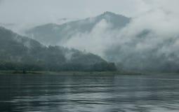 Ποταμός βουνών, υδρονέφωση πρωινού στοκ φωτογραφία με δικαίωμα ελεύθερης χρήσης