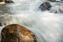 Ποταμός βουνών, Dombay, Ρωσία στοκ φωτογραφία με δικαίωμα ελεύθερης χρήσης
