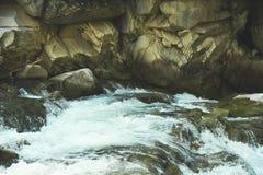 Ποταμός, βράχοι και πέτρες βουνών Στοκ Εικόνα