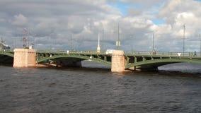 Ποταμός, γέφυρα και ουρανός στα σύννεφα Πετρούπολη Ρωσία ST απόθεμα βίντεο
