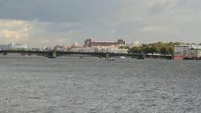 Ποταμός, γέφυρα και πόλη Πετρούπολη Ρωσία ST απόθεμα βίντεο