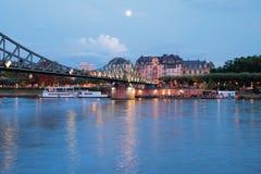 Ποταμός, γέφυρα και πόλη το βράδυ κεντρικός αγωγός της Φρα&nu Στοκ φωτογραφίες με δικαίωμα ελεύθερης χρήσης