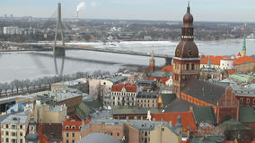 Ποταμός, γέφυρα και πόλη Λετονία Ρήγα απόθεμα βίντεο