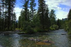 Ποταμός δύο βουνών στοκ εικόνα