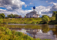 ποταμός εκκλησιών Ρωσικό πεδίο Στοκ Εικόνα