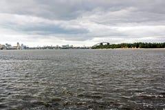 Ποταμός ενάντια στον ουρανό στην πόλη στοκ φωτογραφίες