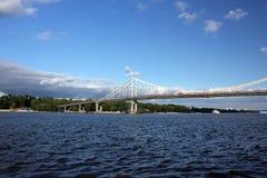Ποταμός ενάντια στον ουρανό στην πόλη στοκ φωτογραφίες με δικαίωμα ελεύθερης χρήσης