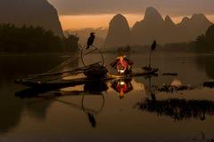 Ποταμός λι - Xingping, Κίνα Τον Ιανουάριο του 2016 Circa - ένας ψαράς παίρνει έτοιμος να βγεί αλιεύοντας τη νύχτα Στοκ Φωτογραφίες