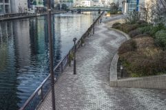 Ποταμός και ένας στρωμένος δρόμος  Στοκ φωτογραφία με δικαίωμα ελεύθερης χρήσης