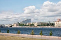 Ποταμός και αναχώματα Neva Αγία Πετρούπολη Ρωσία Στοκ φωτογραφία με δικαίωμα ελεύθερης χρήσης