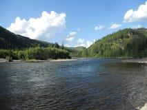 Ποταμός και βουνά ενάντια στο μπλε ουρανό και τα σύννεφα Στοκ εικόνες με δικαίωμα ελεύθερης χρήσης