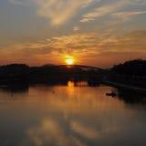 Ποταμός και γέφυρα στο χρόνο ηλιοβασιλέματος, το φωταγωγό στην αυγή και το λυκόφως Στοκ φωτογραφία με δικαίωμα ελεύθερης χρήσης