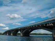 Ποταμός και γέφυρα Dnipro Στοκ φωτογραφία με δικαίωμα ελεύθερης χρήσης