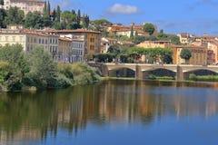 Ποταμός και γέφυρα Ponte alle Grazie Arno στη Φλωρεντία, Ιταλία Στοκ Φωτογραφία