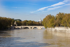 Ποταμός και η γέφυρα για πεζούς Ponte Sisto, Ρώμη, Ιταλία Tiber Στοκ Φωτογραφία