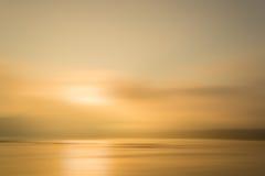 Ποταμός και ηλιοβασίλεμα, δυναμική θαμπάδα κινήσεων Στοκ φωτογραφία με δικαίωμα ελεύθερης χρήσης