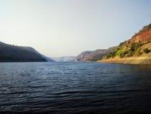 Ποταμός και λόφοι Krishna στοκ φωτογραφίες