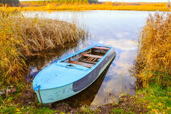 Ποταμός και μπλε βάρκα κωπηλασίας Στοκ Εικόνα